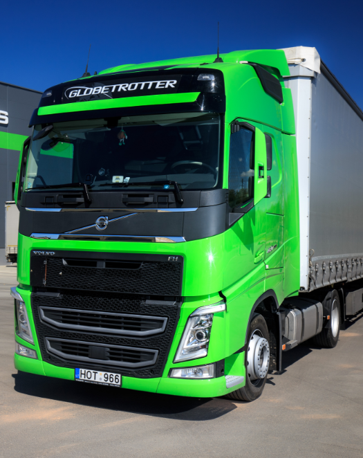 """Logistikos įmonės transportas – aukštus ekologinius reikalavimus atitinkantys """"Volvo"""" vilkikai – visada paruoštas atlikti užduotis maksimaliai efektyviai ir naudingai klientui. Įmonės transporto naudojimas yra nustatytas taisyklėmis: bet kuris įmonės automobilis kiekvieną akimirką turi būti paruoštas išvykai, transporto būklė yra įvertinama po kiekvieno reiso. Viso įmonės parke yra daugiau nei 100 vilkikų.  Įmonės transporto priemonės turi išmanias saugumo ir stebėjimo sistemas, kiekviename vilkike yra GPS įranga, padedanti stebėti, kaip vykdomas transportavimas. Be to, įmonės vidaus transporto taisyklės numato įvairias atsakomybes. Viena jų – """"Siramis"""" įmonės automobilio remontas bei techninė priežiūra visada turi būti atlikti laiku ir nepriekaištingai, užtikrinant maksimaliai gerą transporto priemonės techninę būklę.  Krovinių vežimas vykdomas tentiniais autotraukiniais, vilkikais su standartinėmis puspriekabėmis ir vilkikais su """"mega"""" tentinėmis puspriekabėmis."""